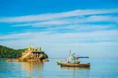 NGAPALI, MYANMAR - 5. DEZEMBER 2016: Fischerboote auf dem Strand Kopieren Sie Raum für Text Stockbild