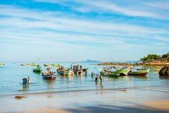 NGAPALI, MYANMAR - 5. DEZEMBER 2016: Fischerboote auf dem Strand Kopieren Sie Raum für Text Lizenzfreie Stockfotos