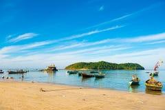 NGAPALI, MYANMAR - 5. DEZEMBER 2016: Fischerboote auf dem Strand Kopieren Sie Raum für Text Lizenzfreie Stockbilder
