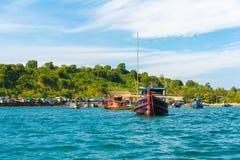 NGAPALI, MYANMAR - 5. DEZEMBER 2016: Fischerboote auf dem Strand Kopieren Sie Raum für Text Lizenzfreie Stockfotografie