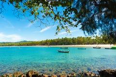 NGAPALI, MYANMAR - 5 DICEMBRE 2016: Pescherecci sulla spiaggia Copi lo spazio per testo fotografia stock libera da diritti