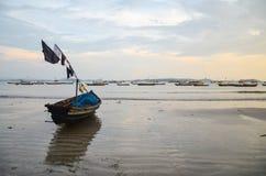 NGAPALI, MYANMAR 27. SEPTEMBER 2016: Fisherman& x27; s-Boot gefallen in Ruine und in Verfall auf einem Strand Lizenzfreies Stockbild