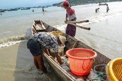 NGAPALI MYANMAR SEPTEMBER 25, 2016: Traditionell gammal fiskebåt som kommer med fisken från havet Arkivfoton