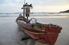 NGAPALI, MYANMAR 27 SETTEMBRE 2016: Fisherman& x27; barca di s deteriorata rovina e su una spiaggia Fotografie Stock Libere da Diritti
