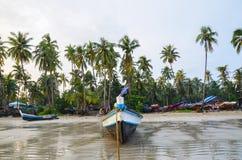 NGAPALI, MYANMAR 27 SETTEMBRE 2016: Fisherman& x27; barca di s deteriorata rovina e su una spiaggia Fotografia Stock