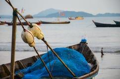 NGAPALI, MYANMAR 27 SETTEMBRE 2016: Fisherman& x27; barca di s deteriorata rovina e su una spiaggia Immagini Stock