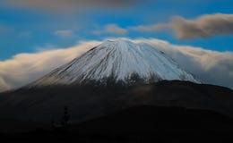 Ngauruhoe (Mt Desgraça) na noite imagens de stock royalty free