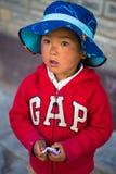 Ngawal, Nepal - 24o de abril de 2015 - menina nepalesa não identificada em Nepal, passeio na montanha do circuito de Annapurna imagens de stock
