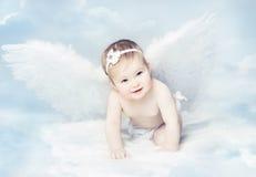 Ángel con las alas, niño recién nacido del bebé en la nube del cielo azul Imágenes de archivo libres de regalías