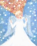 Ángel en la ropa blanca con el pelo astuto que balancea en el cielo azul con los copos de nieve Imágenes de archivo libres de regalías