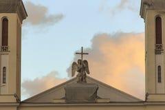 Ángel gritador con una cruz en el top de la iglesia luterana de San Pedro y de Saint Paul situados en St Petersburg Imágenes de archivo libres de regalías