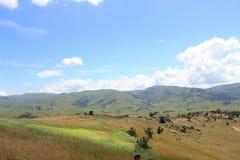 Ängen och molnig himmel vid Sibebe vaggar, sydliga africa, Swaziland, den afrikanska naturen, loppet, landskap Royaltyfri Foto