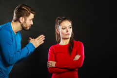 Ångerfull manmake som ber om ursäkt den upprivna kvinnafrun Arkivbild
