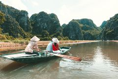 Ngo Dong-Fluss Tam Coc, Ninh Binh, Vietnam Stockbilder
