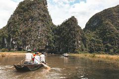 Ngo Dong-Fluss Tam Coc, Ninh Binh, Vietnam lizenzfreie stockfotos