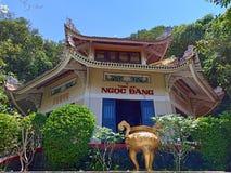 Ngoc Tien Pagoda est situé dedans à la salle de chau photos stock