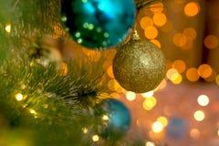 NGolden und blaue Bälle auf einem Weihnachtsbaum stockfotografie