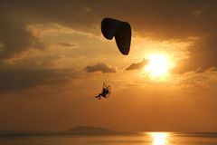 Parachuting above the sea Royalty Free Stock Photography