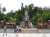 Ngong Ping Piazza, die naar Tian Tan Buddha, Lantau-eiland, Hong Kong kijken stock foto