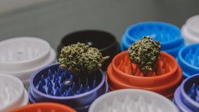 Ngrinder pour les bourgeons de tabagisme de marijuana Culture de fumée dans les détails en gros plan photographie stock