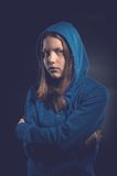 Ängstlich jugendlich Mädchen in der Haube Lizenzfreie Stockfotografie