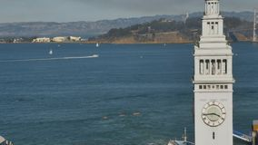 Ângulo alto que estabelece a balsa do tiro que constrói Clocktower em San Francsico filme