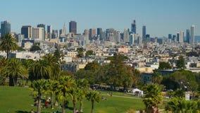Ângulo alto que estabelece o tiro San Francisco Skyline da missão Dolores Park video estoque