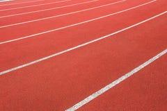Ângulo do sumário do close up das pistas da trilha do atletismo Fotos de Stock