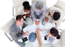 Ângulo elevado dos arquitetos em uma reunião Fotos de Stock Royalty Free