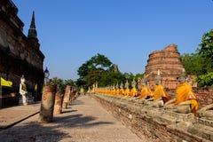Ângulo largo de imagens Wat Yai Chai Mongkon da Buda em Ayutthaya imagem de stock royalty free
