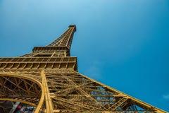 Ângulo largo disparado da torre Eiffel imagens de stock