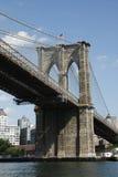 Ángulo lateral rio abajo del puente de Brooklyn Imágenes de archivo libres de regalías
