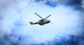 NH90大鳄鱼空军直升机飞行在巴黎,法国 免版税库存照片