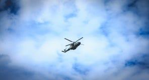 NH90大鳄鱼空军直升机飞行在巴黎,法国 库存图片