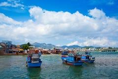 Bateaux bleus avec le ciel bleu dans Nha Trang, Vietnam. Photo libre de droits