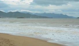 Nha Trang strand i den regniga dagen Arkivbild