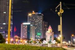 NHA TRANG, VIETNAM - APRIL 11, 2019: De bouw Lotus met straatlantaarns in centrum van Nha Trang bij nacht stock foto's