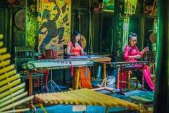 Nha Trang, VIETNAM - 7 de enero de 2017: Músicos vietnamitas de las mujeres que tocan los instrumentos populares Imágenes de archivo libres de regalías