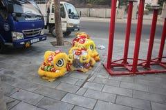 NHA TRANG, VIETNAM - 15 DE FEBRERO DE 2016: La gente no identificada baila con el león chino en el distrito de la compañía durant Fotografía de archivo