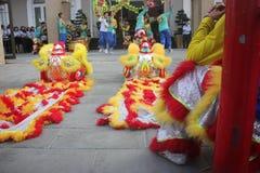NHA TRANG, VIETNAM - 15 DE FEBRERO DE 2016: La gente no identificada baila con el león chino en el distrito de la compañía durant Imagen de archivo libre de regalías