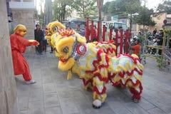 NHA TRANG, VIETNAM - 15 DE FEBRERO DE 2016: La gente no identificada baila con el león chino en el distrito de la compañía durant Imagenes de archivo