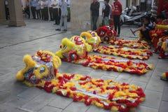 NHA TRANG, VIETNAM - 15 DE FEBRERO DE 2016: La gente no identificada baila con el león chino en el distrito de la compañía durant Foto de archivo libre de regalías