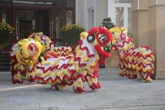 NHA TRANG, VIETNAM - 15 DE FEBRERO DE 2016: La gente no identificada baila con el león chino en el distrito de la compañía durant Fotos de archivo libres de regalías
