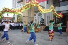NHA TRANG, VIETNAM - 15 DE FEBRERO DE 2016: La gente no identificada baila con el león chino en el distrito de la compañía durant Imagen de archivo