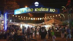 NHA TRANG, VIETNAM - 19 DE JUNIO DE 2016: La gente está caminando en la calle de mercado iluminada noche en la zona turística ade metrajes