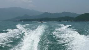 Nha Trang, Vietnam - 10 de marzo de 2017 Salpicar la agua de mar del jet del motor de la lancha de carreras almacen de video