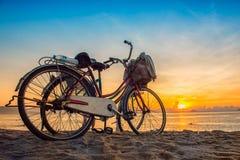 Nha Trang, Vietnam - 3 de mayo de 2013: El parque de gente sus bicicletas en la playa y espera la salida del sol Fotos de archivo libres de regalías