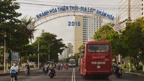 NHA TRANG, VIETNAM - 1 DE OCTUBRE DE 2016: Transporte urbano en el d3ia El movimiento de motoristas Infraestructura de almacen de video