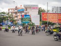 Nha Trang, Vietnam del sur: [tráfico vietnamita peligroso, calle por completo de coches y motos] Fotografía de archivo libre de regalías