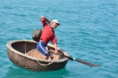 Nha Trang, Vietnam, Januar, 22, 2015 Mann im traditionellen vietnamesischen runden Boot Lizenzfreie Stockfotos